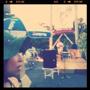 ステージの裏で出番を待つケチャマヨ。