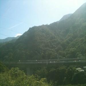 山間には橋が渡っています