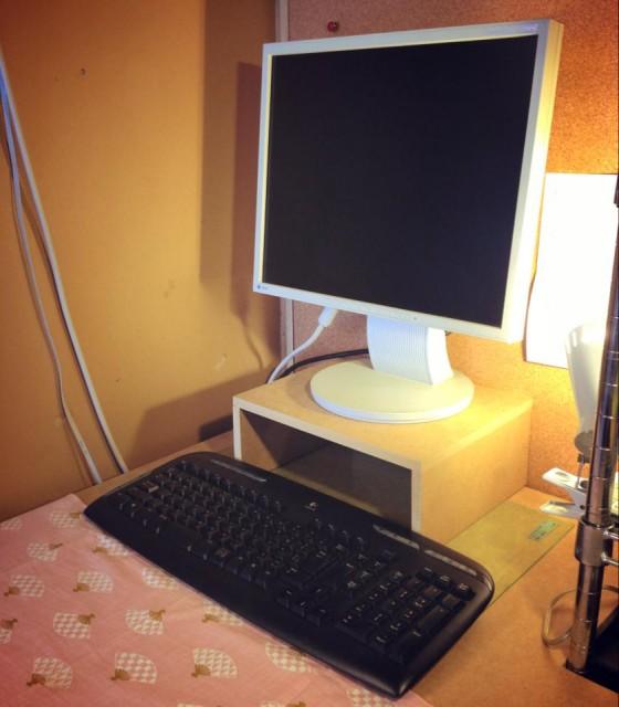 0711-05_モニターとキーボードが置けました