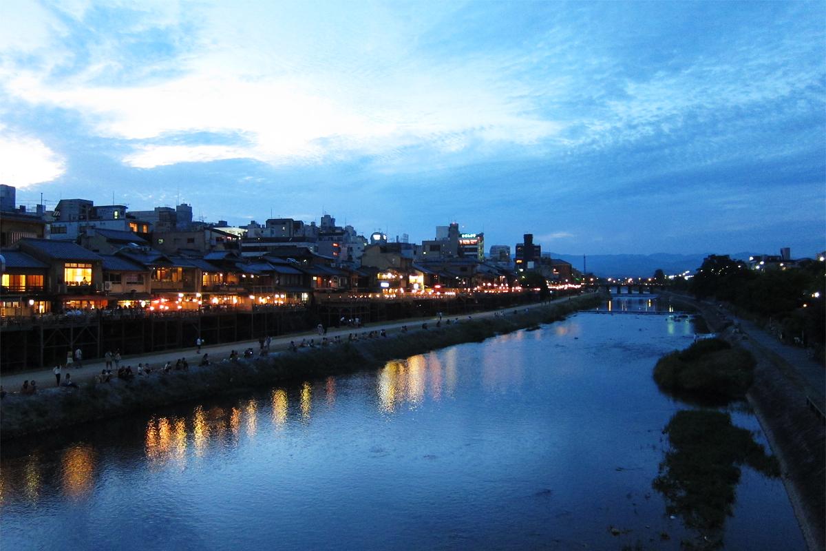 47_鴨川の納涼床の灯り