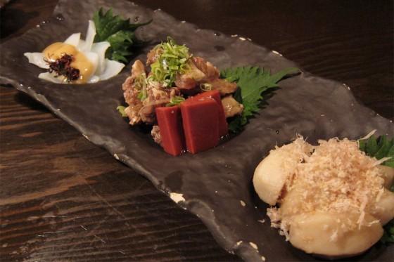 79_おばんざい三種盛り(えび芋の煮物・牛煮込み・モンゴウイカ酢味噌和え)