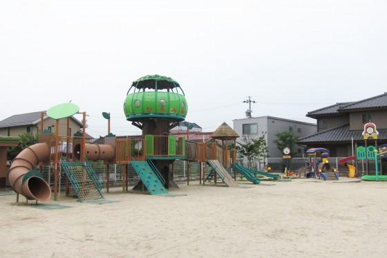 05_保育園には木のモチーフの遊具がありました