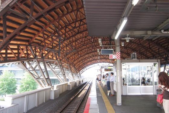 50_木のアーチ屋根が美しい二条の駅から