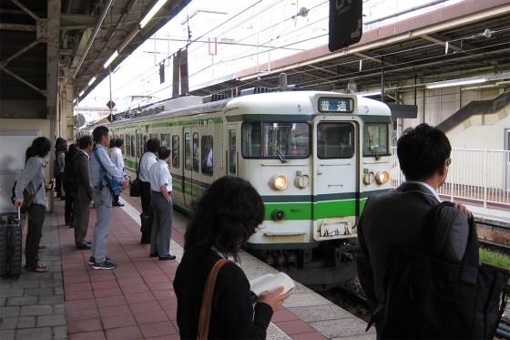 09_新潟駅から新発田駅へ、普通の通勤列車です。
