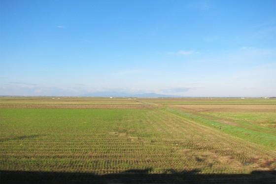 44_広い田園風景を電車は行きます