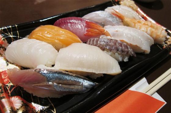 38_お部屋でゆっくりお寿司を食べます