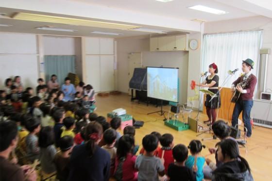 15_梅丘保育園・秋の観劇会ケチャマヨコンサート07楽器を合わせてね