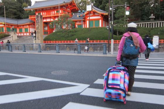 24_大荷物で八坂神社