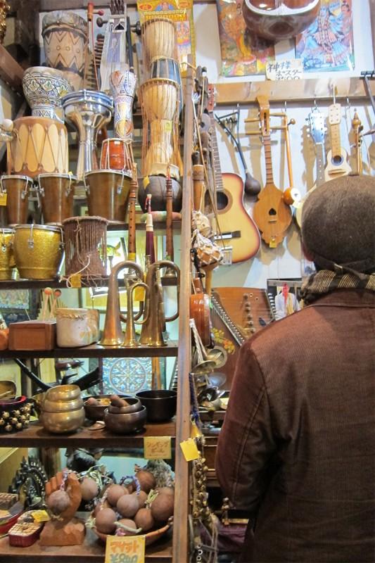 11_さと兄さんは楽器に夢中