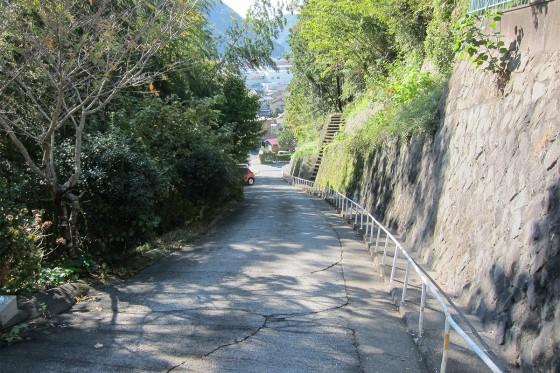 15_この坂を毎日登れば園児も健脚!