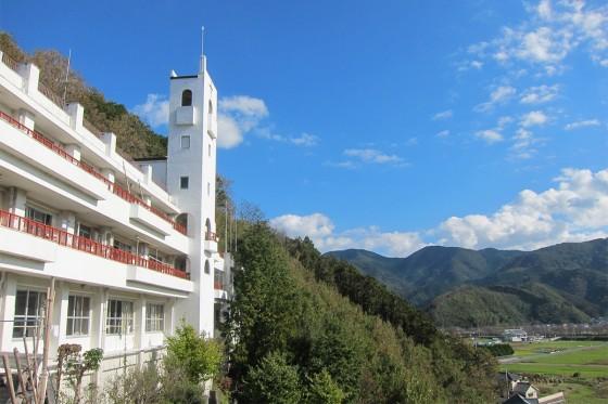 13_青い空、山は緑で白い園舎が映えますね!