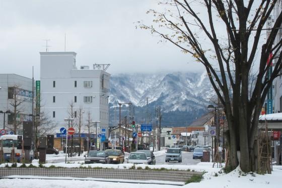 16_長岡の駅から雪山が見える