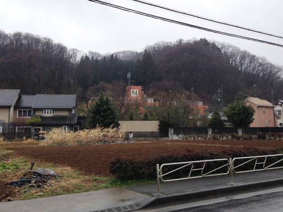03_バスを降りて見えてきました八王子美山学園
