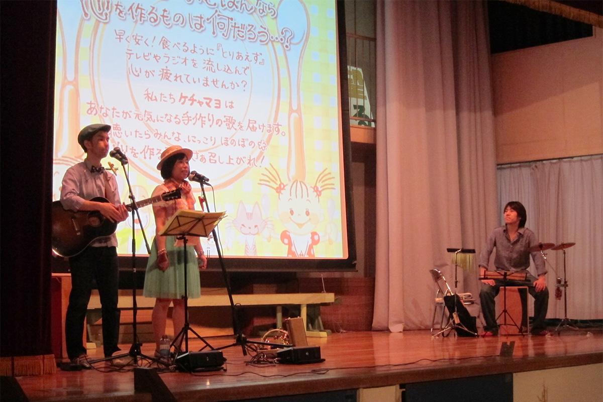 川崎市立 西野川小学校にて、1・2年生のための音楽とお話の会でコンサートをしました♪
