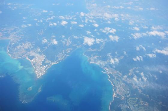11_沖縄本島が見えてきました。青い海!