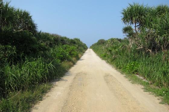 50_まっすぐに海へと続く道
