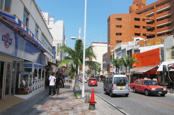 26_国際通りは修学旅行生があふれています