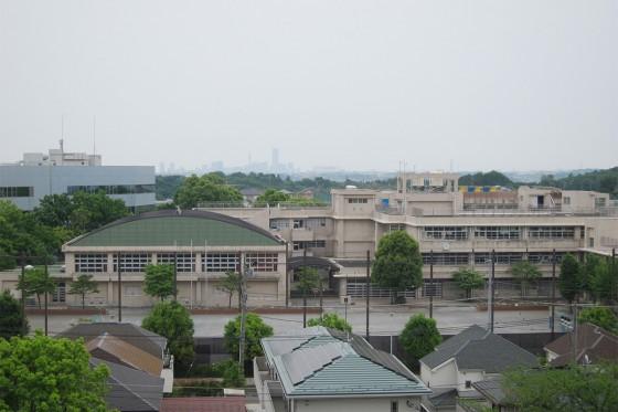 08_川和東小学校と横浜ランドマークタワー