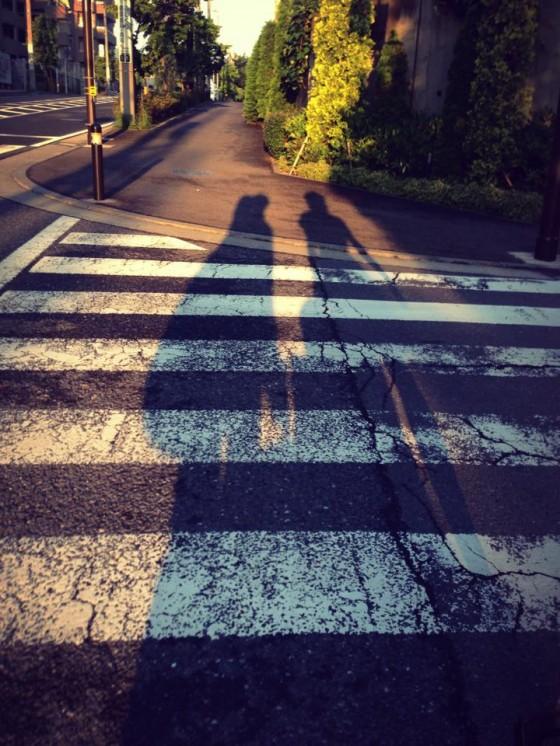 02_坂道に伸びる二人の影