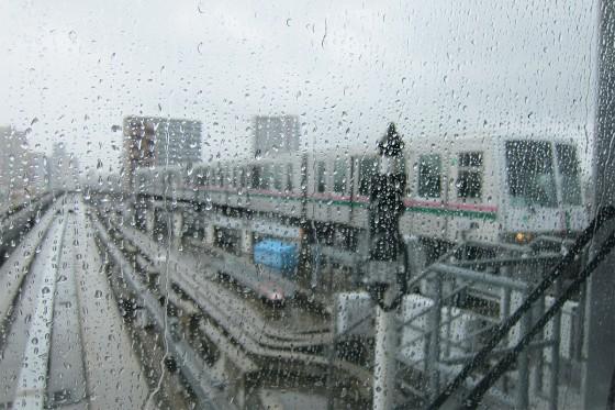 09_舎人ライナーの車窓から、雨。