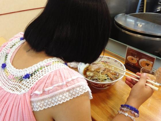 11_ワンタンメンを食べるサヤカ2014