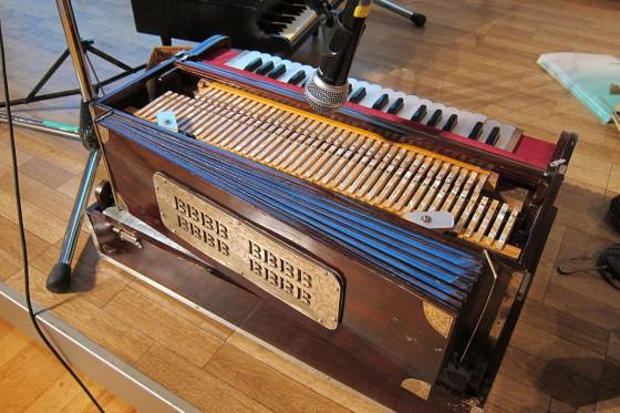 06_インドの楽器「ハルモニウム」