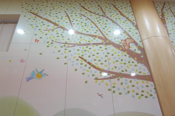 06_園のホールには大きな木とリスが居る
