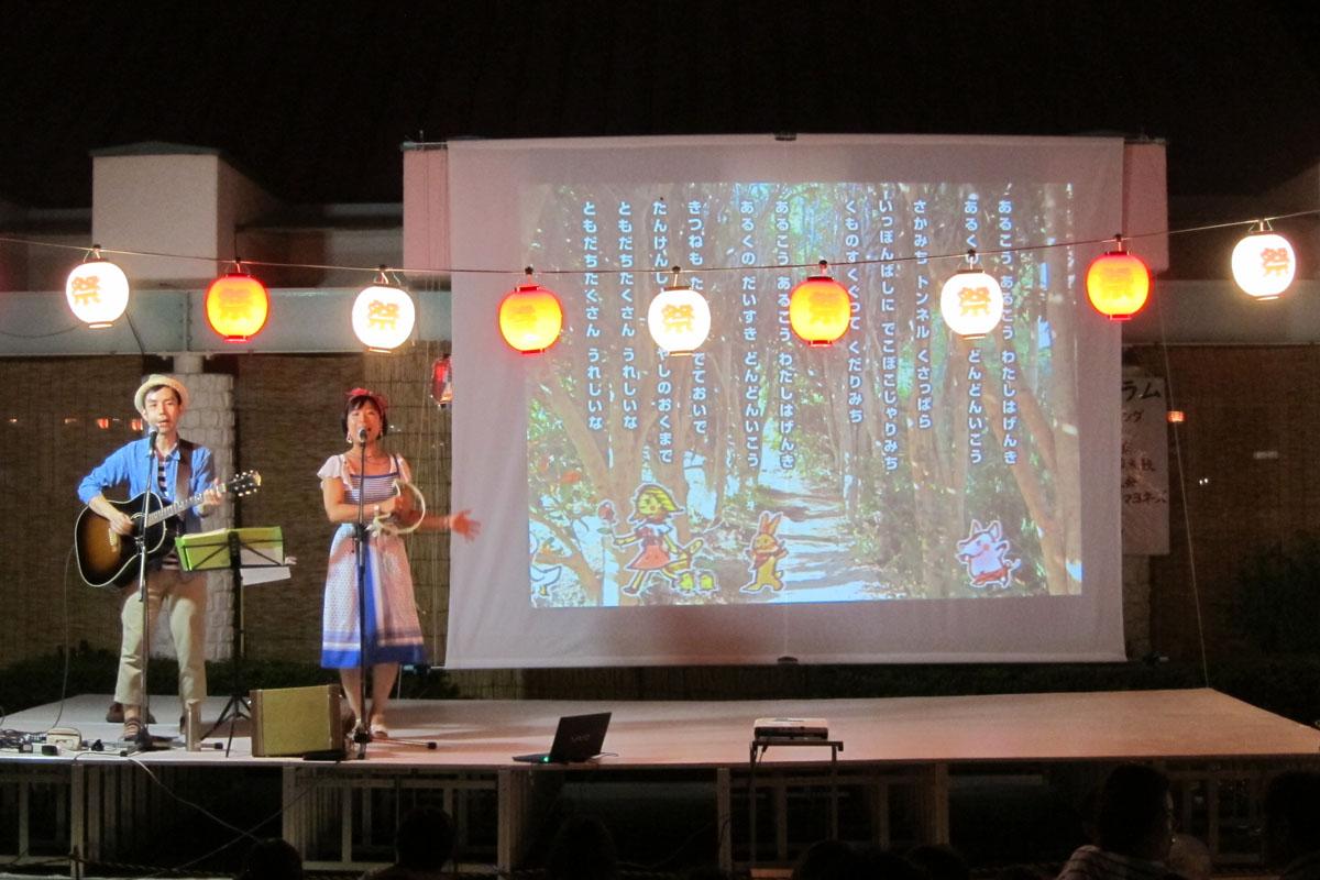 岡山県初上陸!かんだ保育園の夏まつり野外ステージで大きな絵を上映しながらコンサート☆