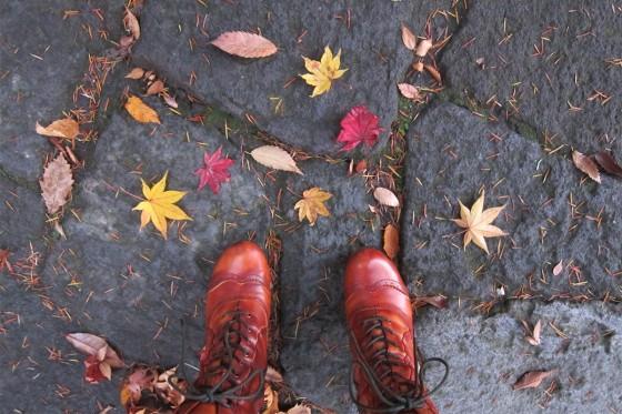 47_ブーツと落ち葉