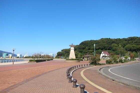 18_敦賀港の青空と金崎宮の山