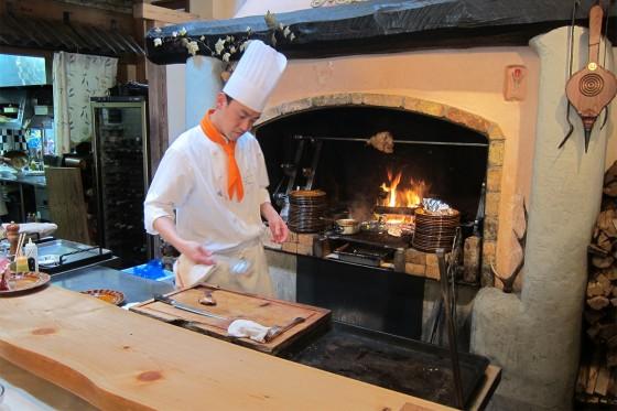 24_暖炉のような窯で料理