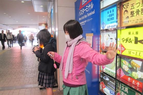 02_駅前で振り付けの練習