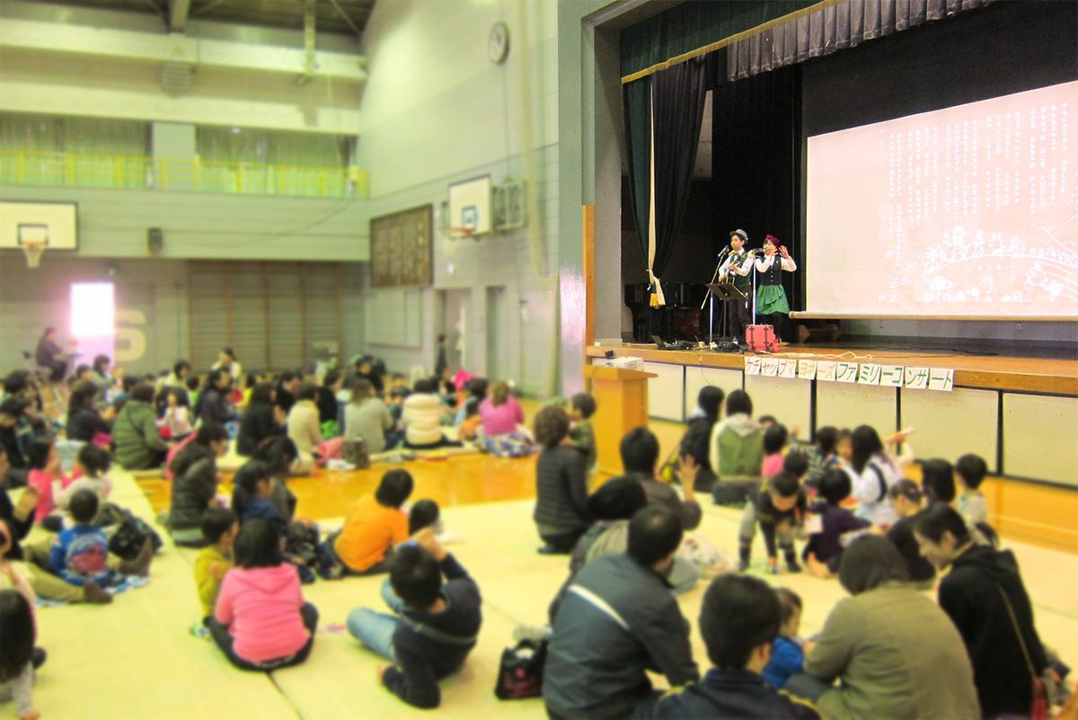 東京都小平市・ゆたか保育園の親子イベントに出演!@小平第一中学校の体育館がコンサート会場さ。