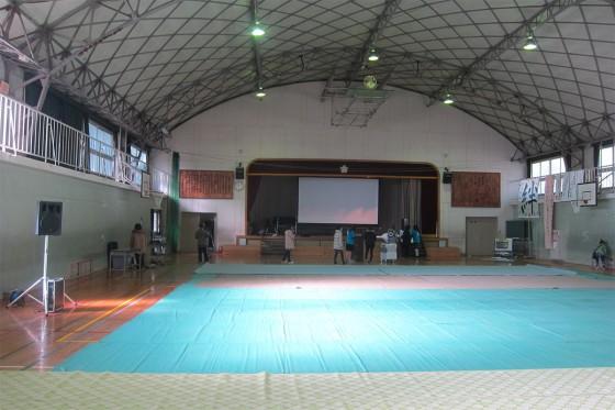 25_体育館では準備が始まっています