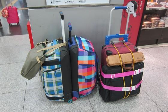 35_3人の楽器など荷物です