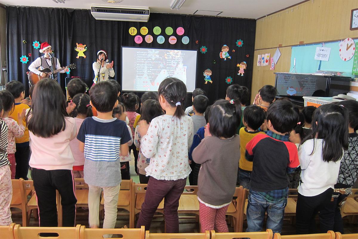 横浜市・洋光台保育園で大きな絵があるコンサート+ちょっと「あわてんぼう」のクリスマス会☆