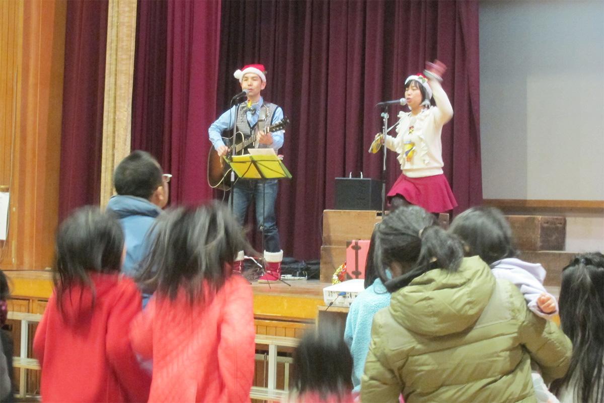 大阪府高石市立東羽衣小学校【親子で楽しむクリスマスコンサート】に出演!~そしてさらに西へ…