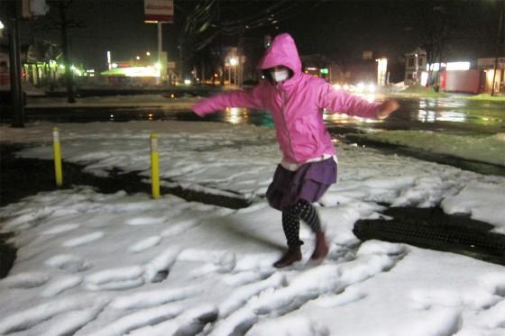 24_雪に遊ぶリス
