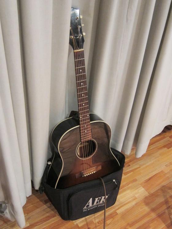 06_ケースがギタースタンドに早変わり!