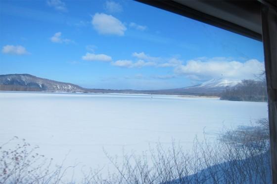 37_車窓からは白と青の絶景