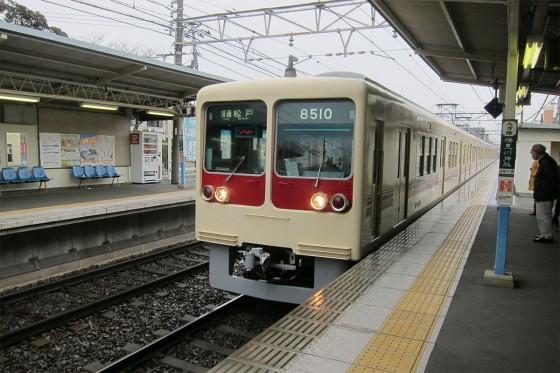18_かわいいクリーム色の電車