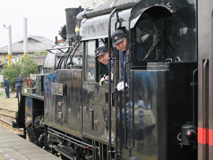 10_ホームに入ってきた機関車