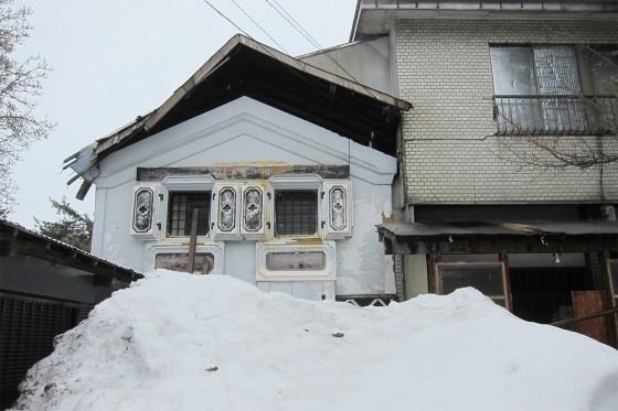 15_雪で壊れかけの家?