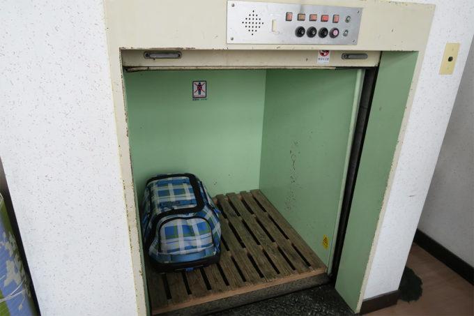 28_荷物は専用エレベーターで