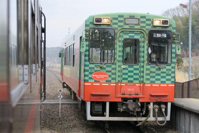 22_通常の真岡線車両とすれ違います