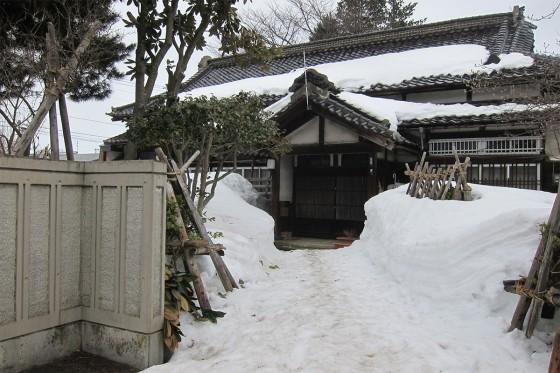 14_街を歩けば雪が積もっている家も