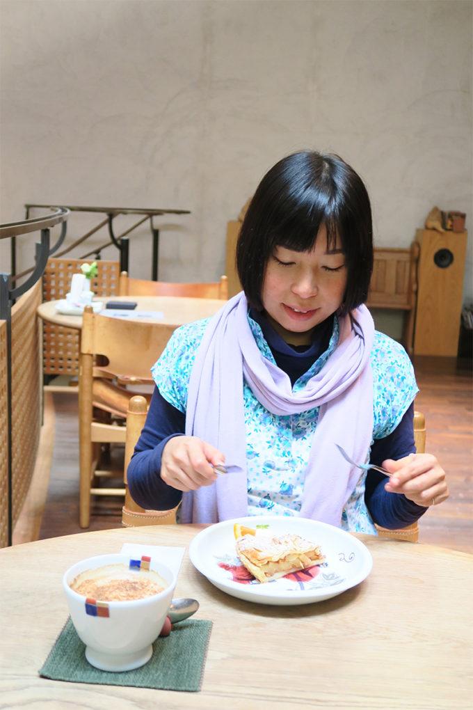 26_アップルパイを食べるサヤカ