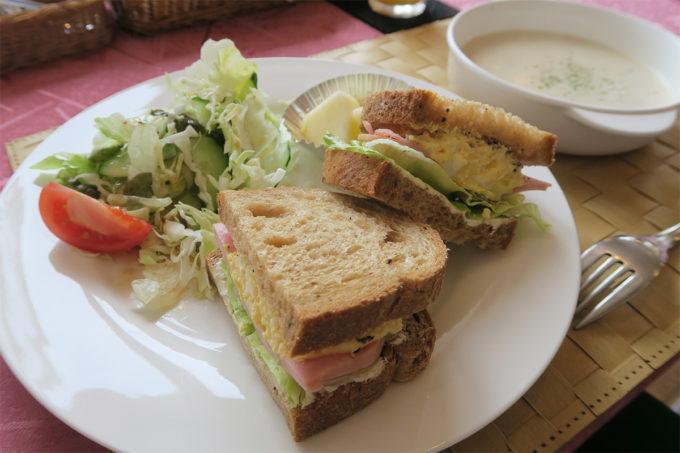47_プチホテル・ベッセルの朝食「サンドイッチとクラムチャウダー」