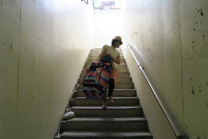 16_階段を降り
