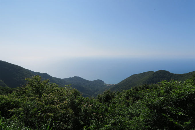 34_逆側には日本海と佐渡ヶ島が見えます